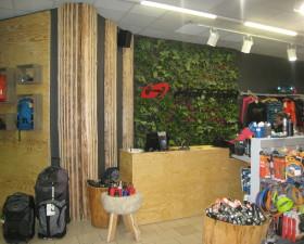 prodejní pult s vertikální zahradou
